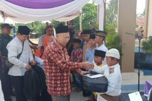 Beri santunan : Ketua PDM Jepara, KH. Fahrurrozi memberikan santunan kepada anak yatim piatu pada Tasyakuran Peresmian Tanah Milik Muhammadiyah Senin (16/03/2020) di Karimunjawa.
