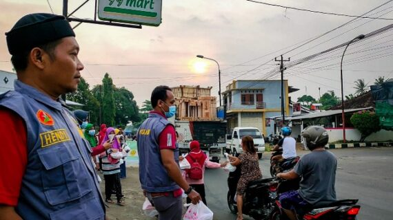 PCPM Dan Kokam Bangsri Bantu SD Muhammadiyah Bangsri Bagi Takjil